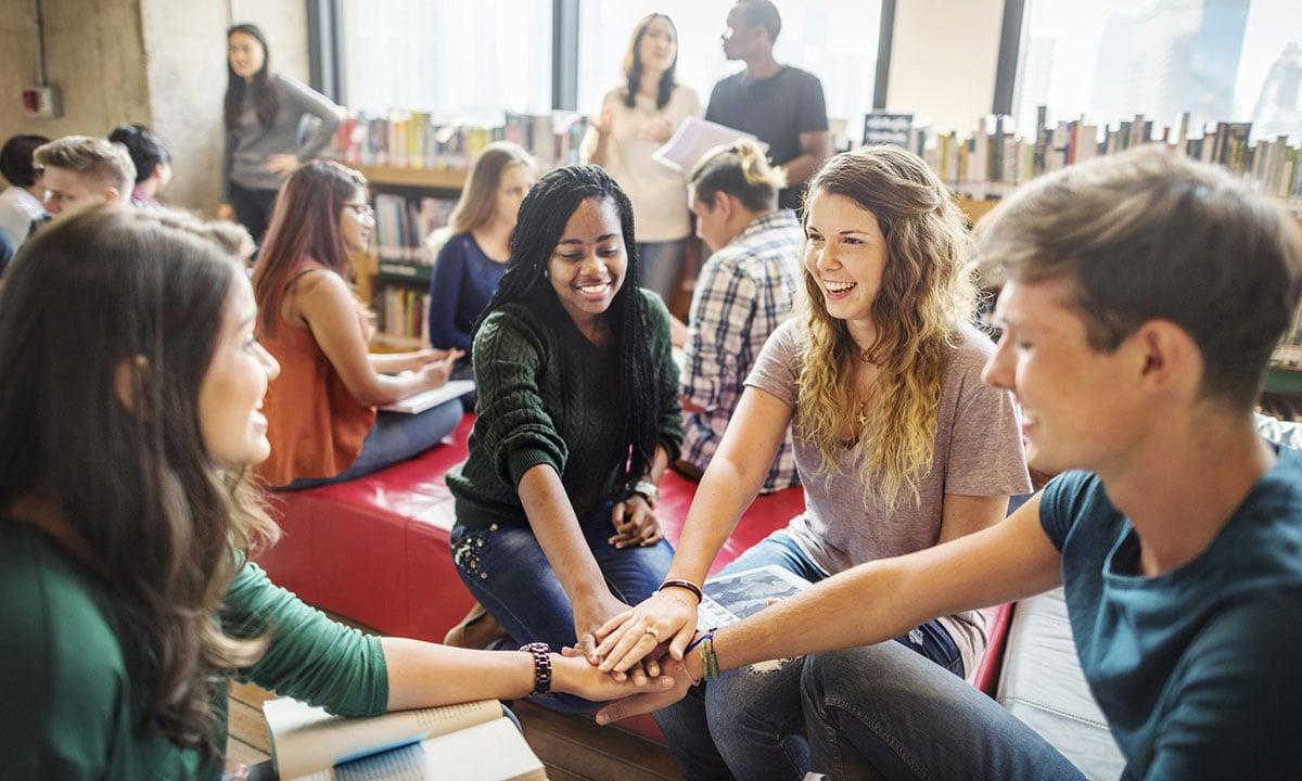 Sfeerbeeld van diverse jongeren in een kring