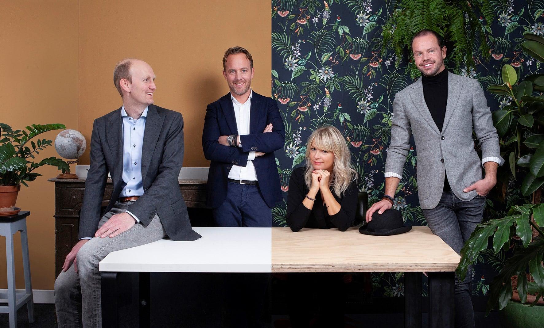 Foto waarop Joost en Hessel Appers (oprichters en directeuren van Synetic) en Fanny Morriën en Roel Stevens (oprichters en directeuren van Henry Handsome) te zien zijn.