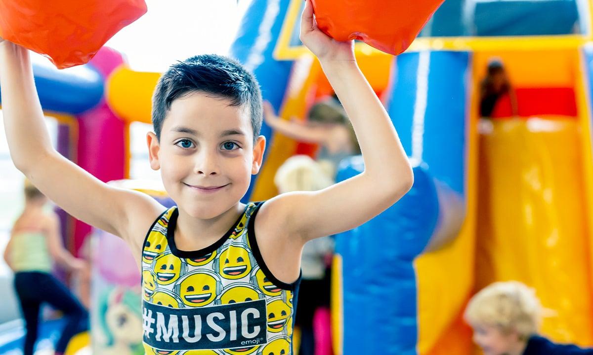 Sfeerafbeelding van een kind die op een springkussen speelt