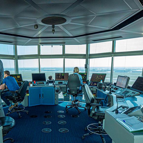 Foto van luchtverkeersleiders die aan het werk zijn in een verkeerstoren