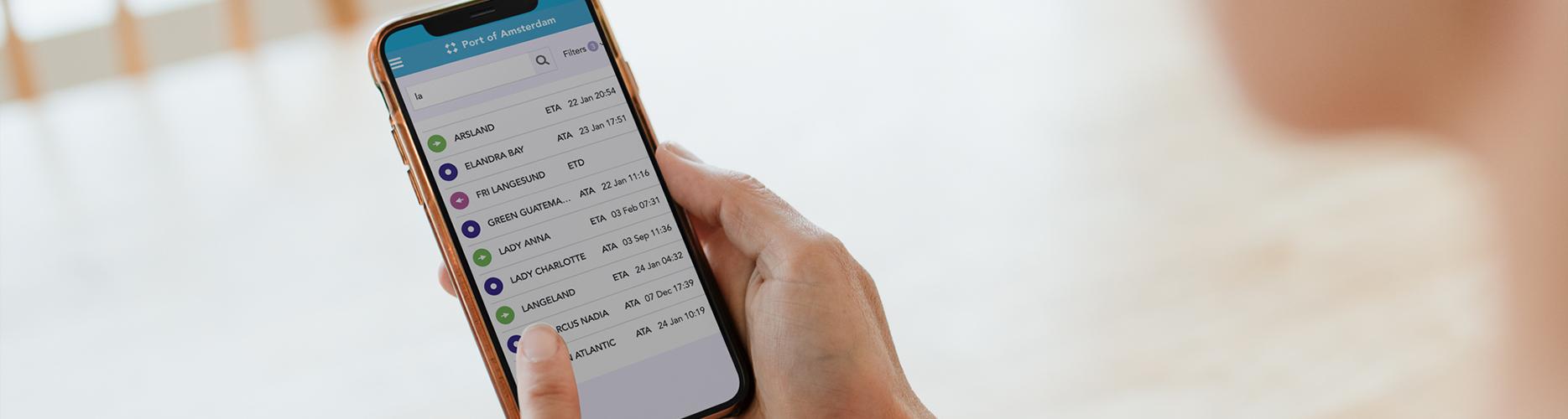 De app van Port of Amsterdam afgebeeld op een iPhone