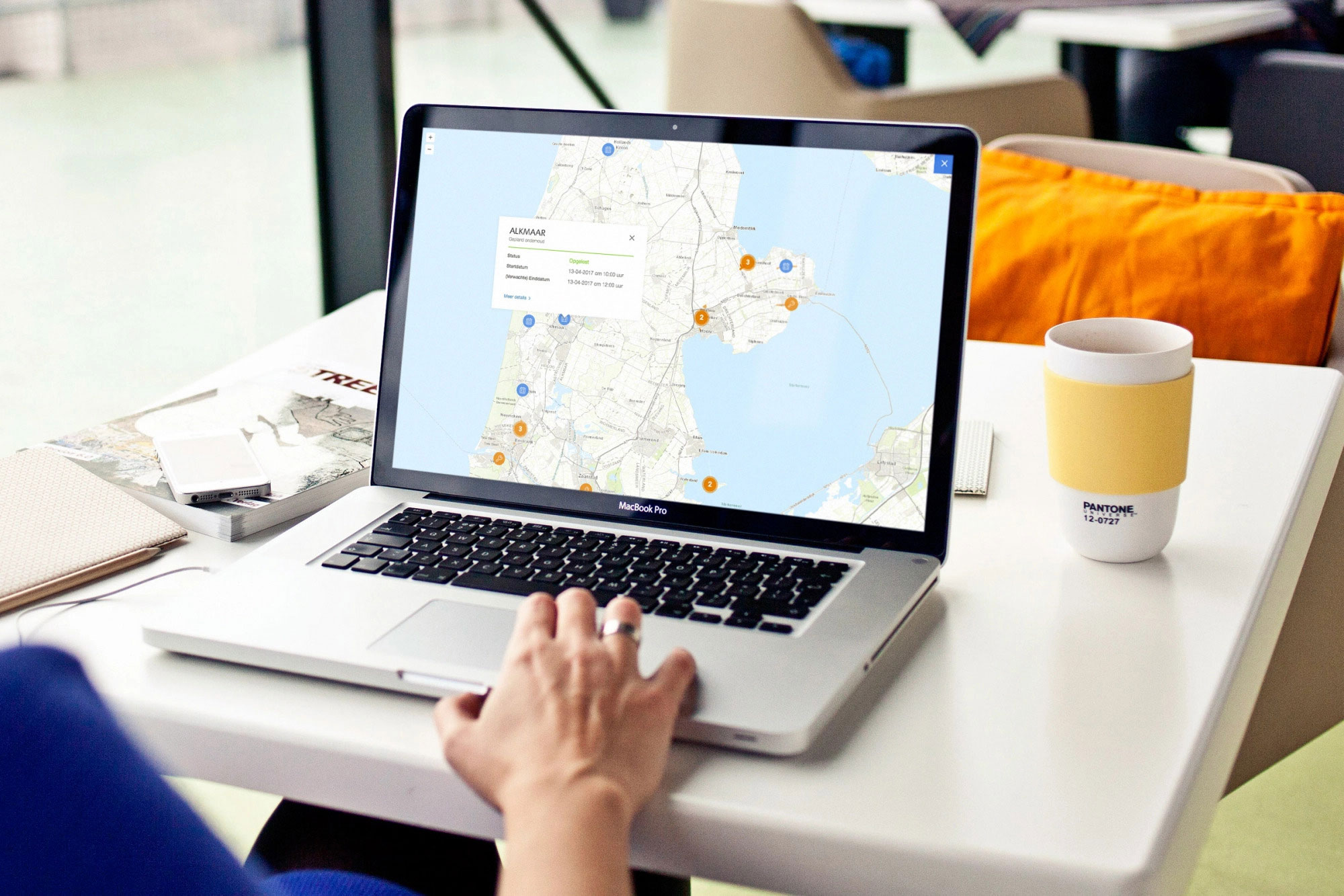 Sfeerafbeelding van een persoon die de storingskaart op de PWN site aan het controleren is