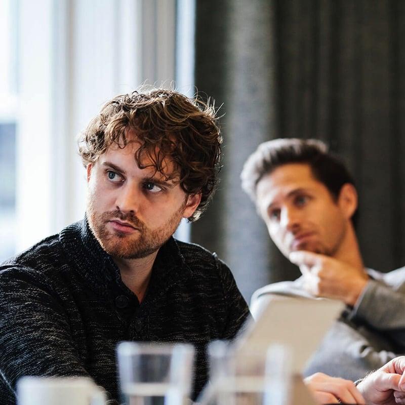 Twee Synetic medewerkers, mannen met serieuze blik