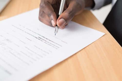Sfeerbeeld van een certificaat dat wordt ondertekend