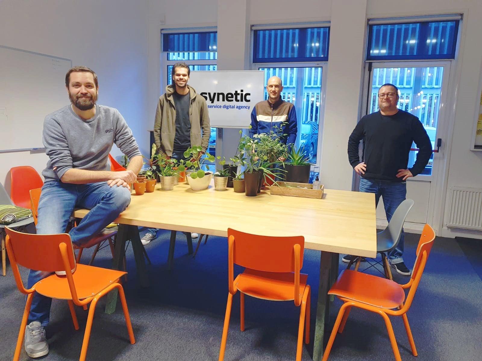 Foto van vier nieuwe medewerkers bij Synetic: Robin Speekenbrink, Robin van der Molen, Tim de Koning en Aubrey Hewes