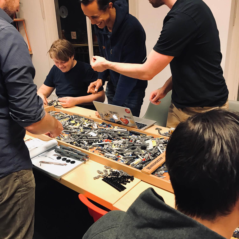 Foto van mannen die samen bouwen met technisch lego
