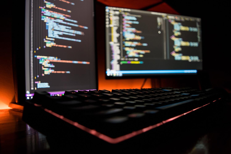 Sfeerfoto van computer schermen met code